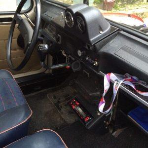 """Alors admirez le tableau de bord avec l'auto radio """"super moderne"""", les manomètres eau et huile, une double prise USB (eh oui !) Il manque le compte tours que nous avons reçu défectueux, donc retour à l'expéditeur pour échange."""