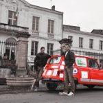 Séance photo, la 4L pose avec le sourire devant la mairie de Saint Macaire (33)